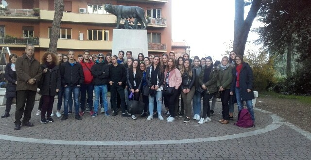 Studenti Da Fiume Rijeka In Piazza Giuliani E Dalmati Di Roma