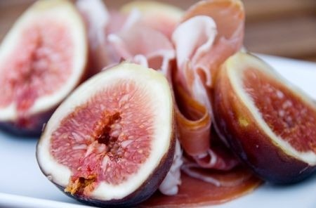 Figs with cheese and ham